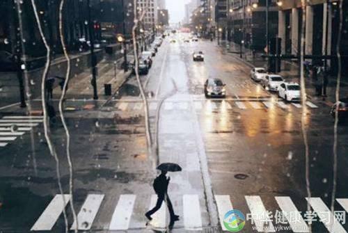 梅雨季节怎样养生_雨天适合外出运动吗?雨季怎么养生?_华健网